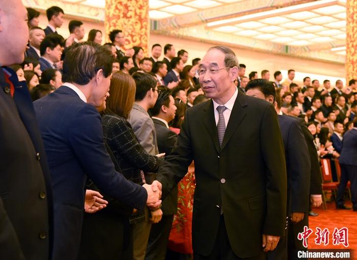 11月8日,中共中央书记处书记、中央统战部部长尤权在北京会见中国侨联青年委员会第四次委员大会代表。中新社记者 侯宇 摄